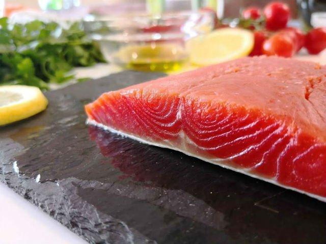 È meglio il salmone selvaggio o di allevamento?