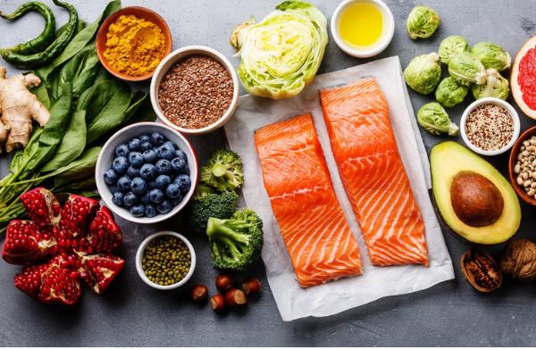 vegetali colorati e salmone su tavolo