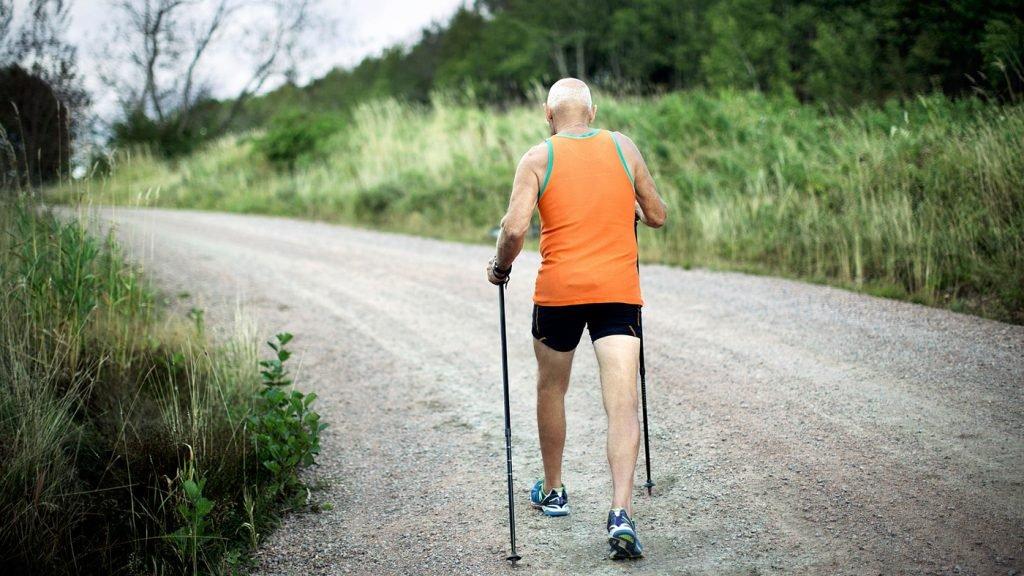 uomo che cammina in campagna